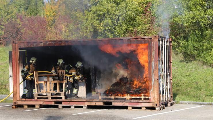 Angehörige der Feuerwehr Lostorf-Stüsslingen-Rohr demonstrieren an der Hauptübung eindrücklich den Löscheinsatz bei einem Zimmerbrand.