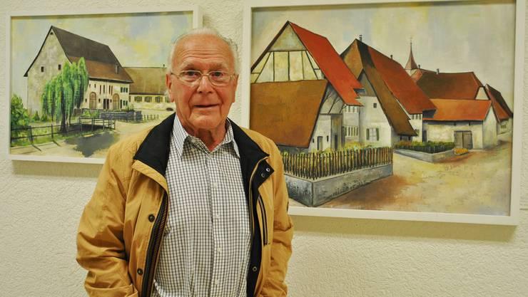 Max Mahrer vor seinen Bildern mit Dorfansichten, die zeigen, wie Möhlin früher aussah. nbö