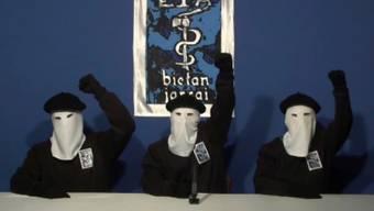 Maskierte ETA-Mitglieder an einer Medienkonferenz im Jahr 2011 - nun hat sich die ETA bei den Opfern ihrer Anschläge entschuldigt. (Archiv)