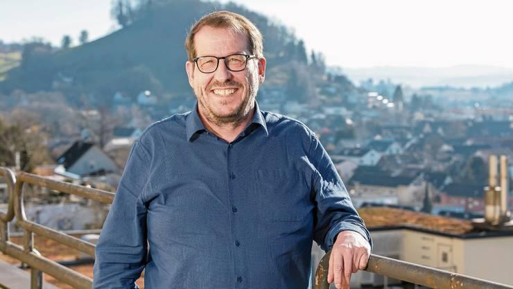 Beste Aussichten: Rüdiger Niederer sieht von seinem aktuellen seinen zukünftigen Arbeitsort mit den Baukranen im Wettinger Langäckerquartier (r.).