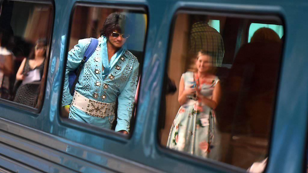 """Tausende Elvis-Doppelgänger und -Fans reisen in diesen Tagen in die australischen Kleinstadt Parkes. Diese ehrt den """"King"""" jedes Jahr im Januar mit einem Festival."""