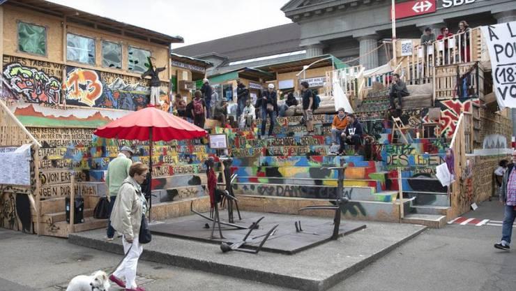 """Fast drei Monate konnte Thomas Hirschhorns """"Robert Walser-Sculpture"""" auf dem Bahnhofplatz in Biel besucht werden. Sie war ein Publikumserfolg. Am 9. September 2019 begann die Demontage. (Archiv)"""