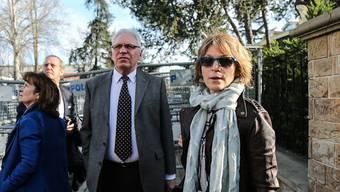 Die Uno-Berichterstatterin über willkürliche Hinrichtungen, Agnès Callamard (r), vor dem saudischen Konsulat in Istanbul. (Archivbild)