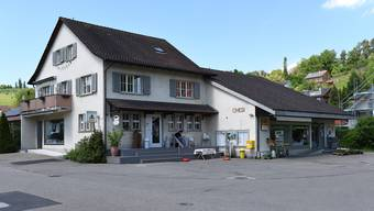 Die Ziefner Dorfladengenossenschaft, Trägerin der Chesi (rechter Hausteil) sowie des angegliederten Cafés, muss Konkurs anmelden; jetzt steht die Schliessung bevor.