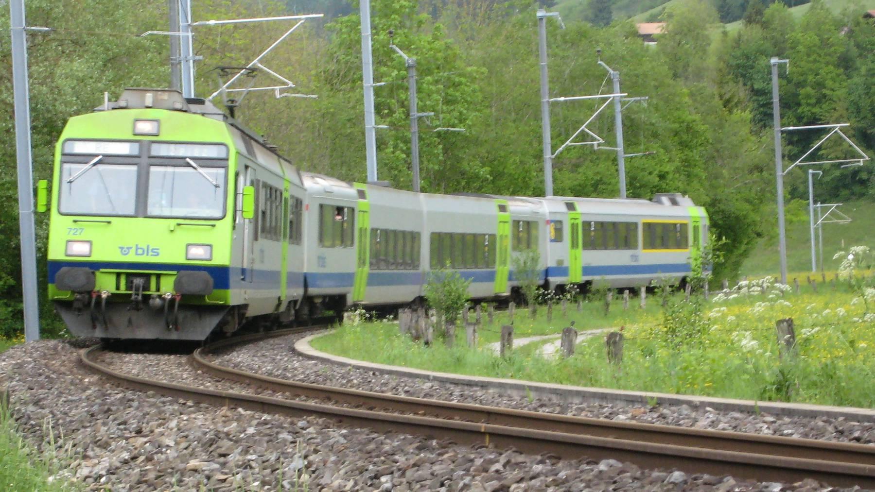 Zug fährt in Erdrutsch und entgleist