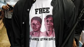 Ein Journalist beim Gericht in Rangun trägt ein T-Shirt mit Bildern der beiden verurteilten Kollegen.