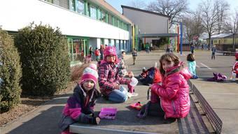 Schüler auf dem Pausenplatz der Primarschule in Härkingen.