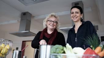 Jacqueline von Burg (links) und Claudia Casarramona bereiten sich in der Schulküche auf die kommende Projektwoche vor.