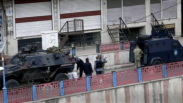 Seit Monaten geht die türkische Armee militärische gegen PKK-Anhänger und -Kämpfer vor, so wie hier in Diyarbakir. (Archiv)