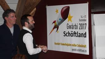 David Faes und Markus Würgler zeigen das Logo der Gwärbi im Herbst.