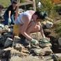 Jugendliche bauen eine Trockenmauer auf dem Grenchenberg