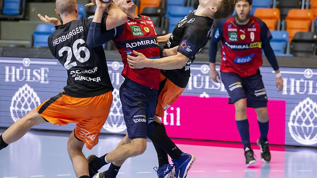 Andy Schmid musste sich im Duell mit einiger seiner Schweizer Nationalmannschafts-Kollegen mit einem Remis begnügen; hier wird er von Lukas Herburger und Donat Bartok gestoppt