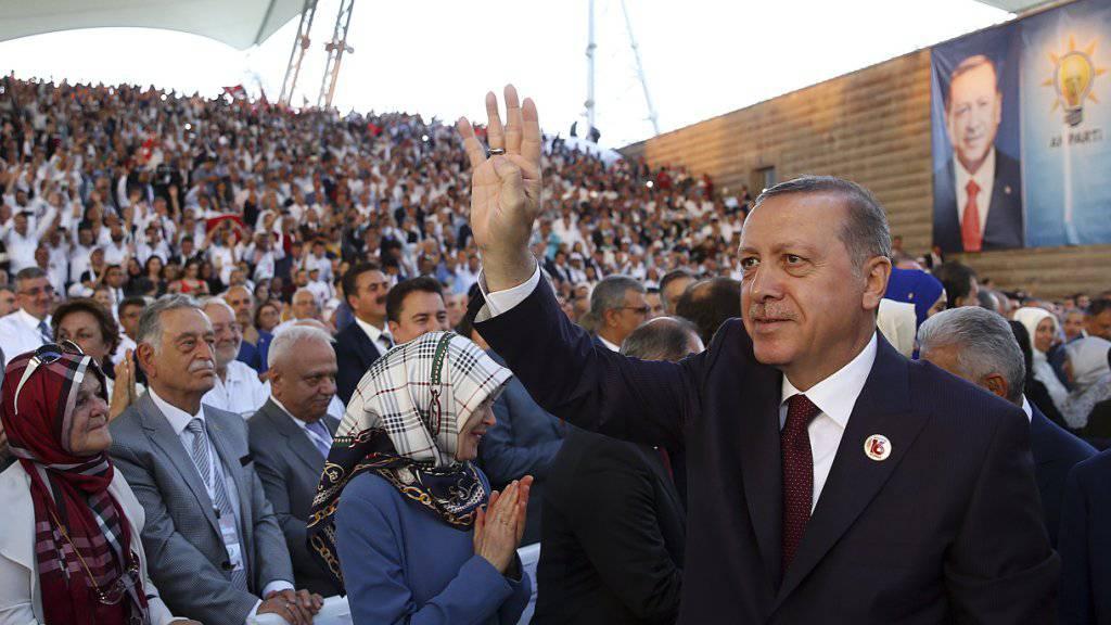 16 Jahre AKP - Grund für den türkische Präsidenten Erdogan (rechts) in Ankara zu feiern. Seine Parteimitgründer hat er unterdessen ins Abseits gestellt.
