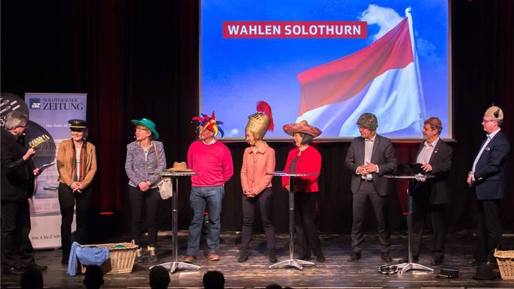 Unter einen Hut gebracht: Alle Regierungsratskandidaten bewiesen beim Wahlpodium viel Humor.