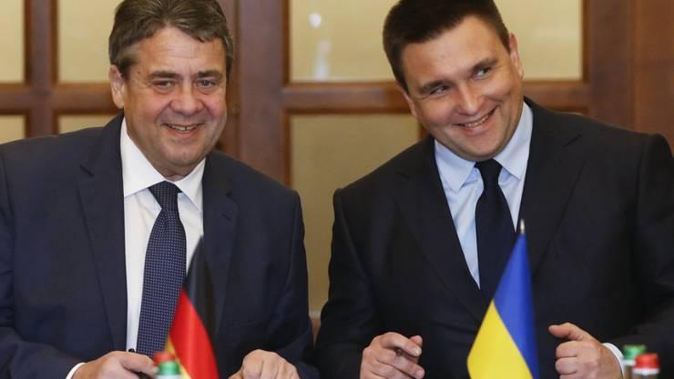 Der deutsche Aussenminister Sigmar Gabriel (r) hat in Kiew seinen ukrainischen Amtskollegen Pawlo Klimkin getroffen.