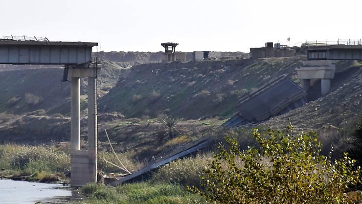 Noch ist die irakische Stadt Ramadi in IS-Hand - die Miliz hat die Brücke zerstört, um den Vormarsch der Armee zu stoppen.