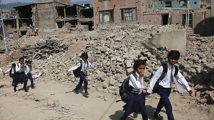 Damit Kinder in Nepal nach den Erdbeben wieder zur Schule gehen können, hat Caritas rasch für tausende Schüler provisorische Klassenzimmer gebaut (im Bild: eine Strasse in der Hauptstadt Kathmandu).