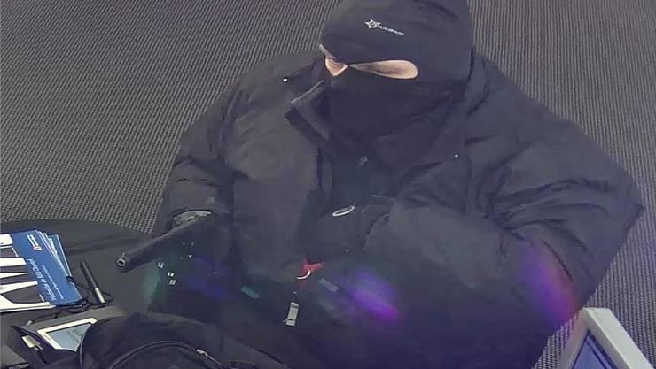 Ein maskierter und bewaffneter Mann überfiel die BLKB-Filiale in Oberdorf.