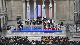 Die vier Särge der Geehrten vor dem Panthéon in Paris