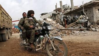 Kurdische Kämpfer unterwegs in einer syrischen Stadt (Archiv)