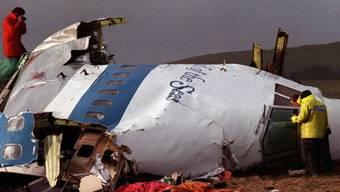 Ermittler bei der Untersuchung des Jumbo-Jets, der 1988 auf das schottische Dorf Lockerbie stürzte. Bei dem Anschlag starben 270 Menschen. (Archivbild)