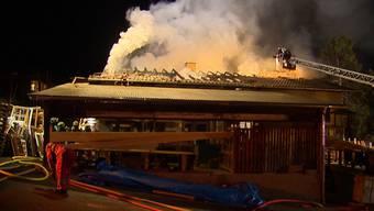 Ein Grossbrand in Rüschlikon (ZH) hat am Mittwochabend grossen Schaden angerichtet. Die Feuerwehr war mehrere Stunden im Einsatz.