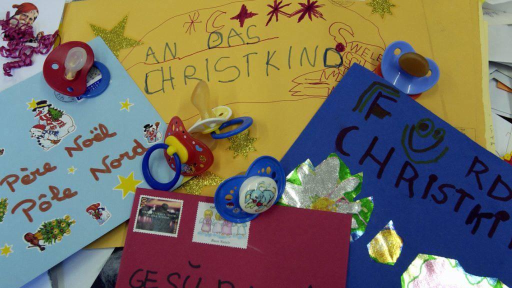 Das Christkind hatte auch an Weihnachten 2016 wieder viel zu tun: In der Weihnachtspoststelle in Chiasso TI erhielt es über 20'000 Briefe. Rund 96 Prozent davon konnte es dank der Unterstützung eines Postteams beantworten. (Archivbild)