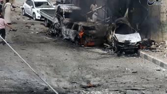 Autos brennen in der syrischen Stadt Manbidsch nach einem Luftschlag: Der Kampf um die Stadt unweit der türkischen Grenze ist im Gange. (Archivbild)