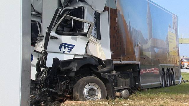 In Brückenpfeiler gekracht: Unfall bei Wiesendangen fordert Verletzten