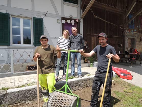 Simone und Reto Hirter mit den Gartenbauern beim neuen Wildblumenbeet.