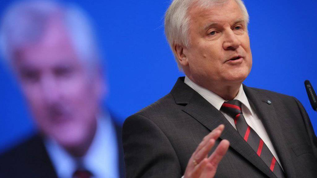 Hatte Kanzlerin und CDU-Chefin Angela Merkel auf dem CSU-Parteitag Ende November in München kritisiert: Horst Seehofer, CSU-Chef und bayerischer Ministerpräsident, hier während seiner Rede in Karlsruhe