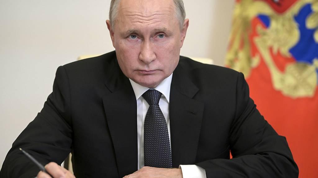 Wladimir Putin, Präsident von Russland, nimmt in der Nowo-Ogarjowo-Residenz per Videoschalte an einem Treffen teil. Foto: Alexei Druzhinin/Pool Sputnik Kremlin/AP/dpa