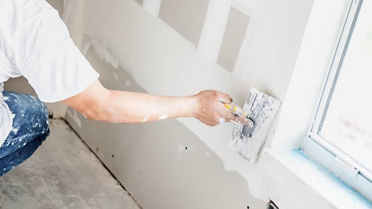 Im Neubau werden Gipsputze verwendet, um auf rauem und unebenem Mauerwerk eine streich- und tapezierfertige Oberfläche herzustellen.