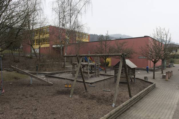Das Schulhaus (Gebäude links) soll nach links verlängert werden
