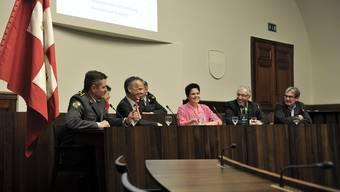 Diskutierten im Kantonsratssaal (v. l.): Brigadier Hans Schatzmann, Chef Regiobank Markus Boss, Moderatorin Andrea Affolter, Nationalrat Roland Borer, Ständerat Roberto Zanetti.
