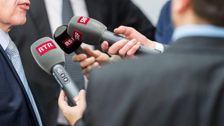 SRG: Die SRG hat einen Plafond von 1,5 Milliarden Franken Gebührengeldern. Da die Werbeeinnahmen rückläufig sind, muss die SRG sparen. Jeder Sparschritt ist ein politischer Hochseilakt, wie die Verlagerung von Redaktionen von Bern nach Zürich zeigt. Statt den eigenständigen Online-Auftritt auszubauen, fährt die SRG die neue Strategie, ihre Radio- und TV- Inhalte über eine ausgebaute Mediathek auszuspielen. (cm)