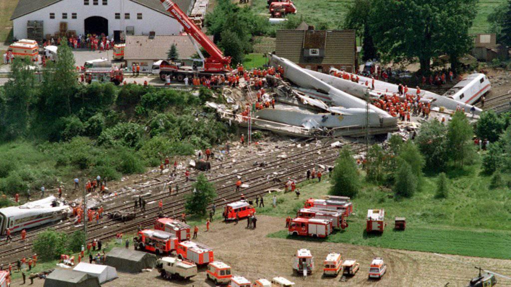 Über hundert Tote, fast hundert Verletzte: 20 Jahre nach der Zugkatastrophe in Eschede beklagen Hinterbliebene dessen fehlende juristischen Aufarbeitung.