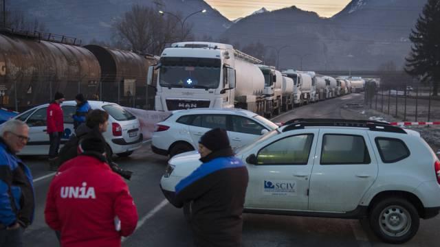 Gewerkschafter blockieren am Morgen den Tamoil-Verladebahnhof