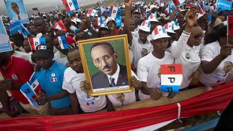 Unterstützer von Paul Kagame mit einem Porträt des Präsidenten Ruandas: In dieser Woche könnte er in seine dritte Amtszeit gewählt werden.