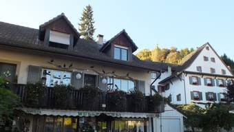 Links das Haus mit dem strittigen Balkon und rechts das Pfarrhaus.