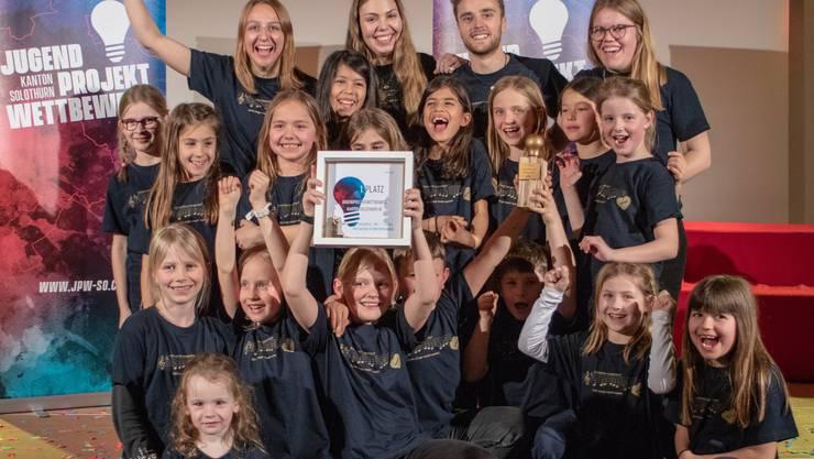 Mitglieder des Kinderchors freuen sich über die Auszeichnung.