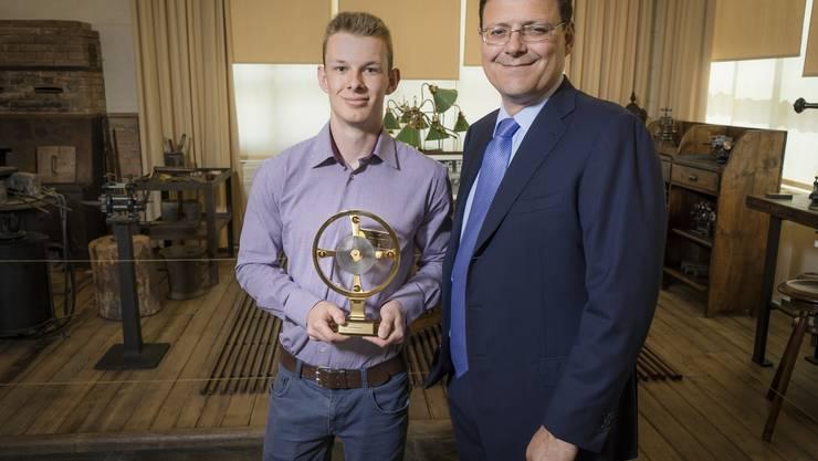 Der Gewinner Stefan Weyeneth mit Patek Philippe-Chef Thierry Stern