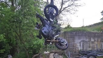 Der Motorradlenker hat die Kontrolle über sein Fahrzeug verloren und ist das Bord hinunter gestürzt. Seine Maschine hat dabei einen Totalschaden erlitten.