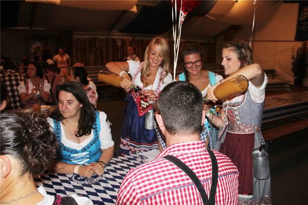 Die drei jungen Damen waren den ganzen Abend schwer beschäftigt. Ihre Aufgabe? Shots ausschenken.
