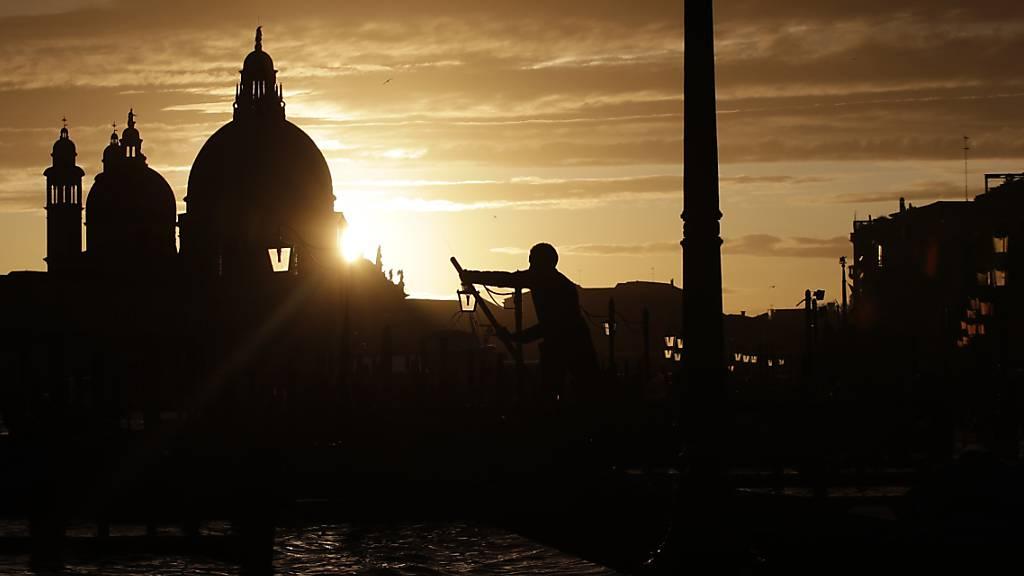 Erinnerung an dunkle Zeiten am Sonntag in der Lagune. Das historische Venedig auf seinen über hundert Inseln war indes kein Bombenziel im Zweiten Weltkrieg, umso mehr der auf dem Festland gelegene Industriehafen.