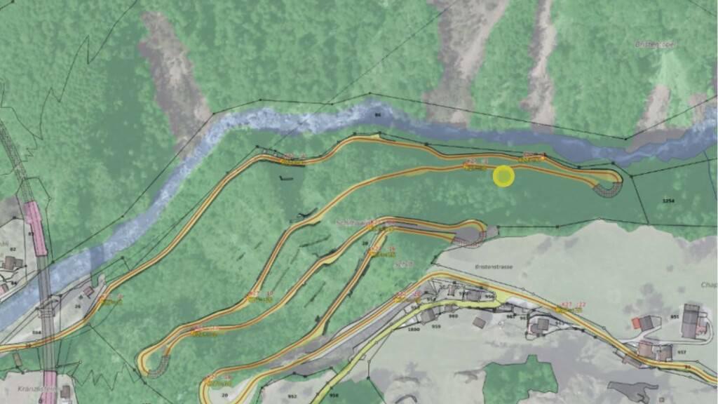 An der kurvigen und steilen Strasse ins Urner Bergdorf Bristen muss eine Felspartie gesichert werden.