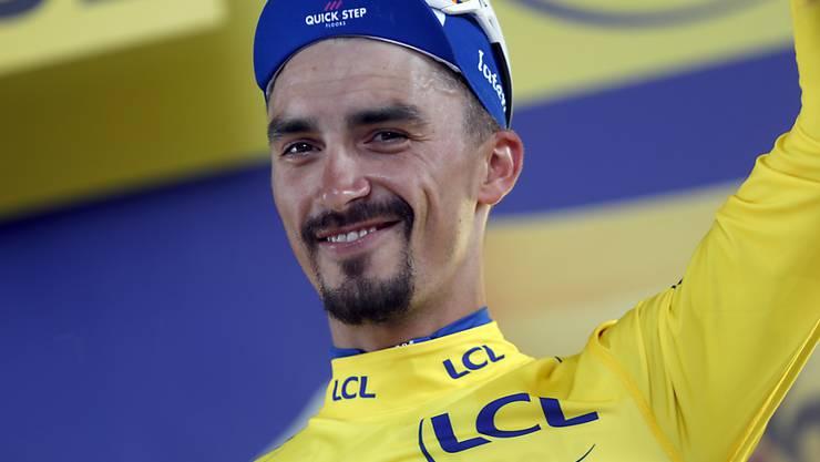 Julian Alaphilippe mit einem Lachen im Gesicht: Der Franzose behält das Maillot jaune auch nach dem Zeitfahren in Pau