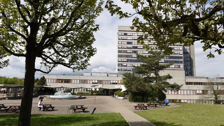 Auf dem Krankenbett: das Kantonsspital Baselland (hier das Bruderholz). Ohne Fusion mit dem Unispital wird es keine Überlebenschance haben.