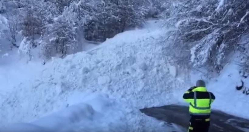 Mit gewaltiger Kraft kriechen die Schneemassen ins Tal ...