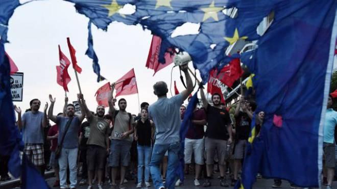 Empört: Mitglieder von linken Parteien gegen die Forderungen der EU. Foto: Keystone
